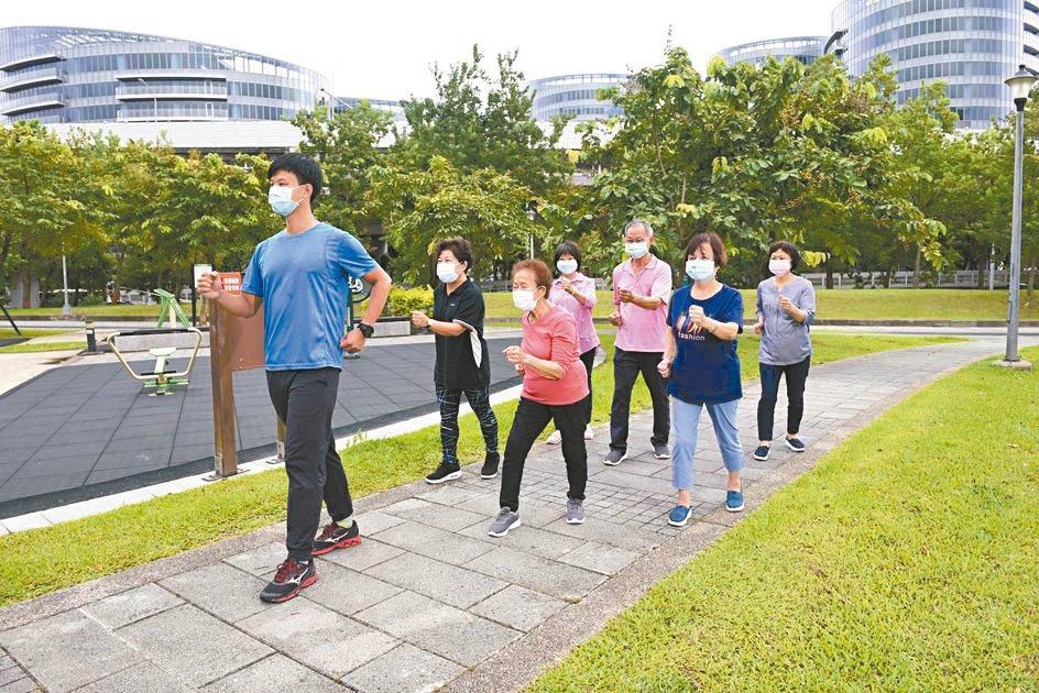 3步道式:在公園步道上健走,不但可以鍛鍊心肺能力與下肢肌力、肌耐力。圖╱國健...