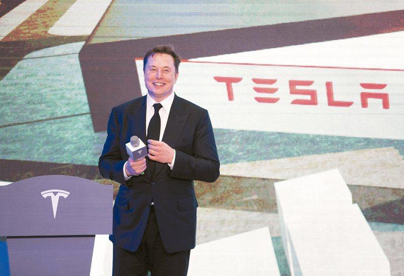 今年特斯拉(Tesla)股價跌宕起伏,而根據彭博億萬富豪指數的資料,49歲的馬斯克身價達到約705億美元,超車「股神」巴菲特,榮登全球第七富。 (美聯社資料照)
