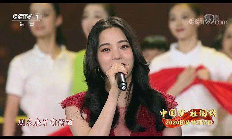 藝人歐陽娜娜登上央視「十一」晚會獻唱,陸委會表示傷害國人感情。圖/取自央視