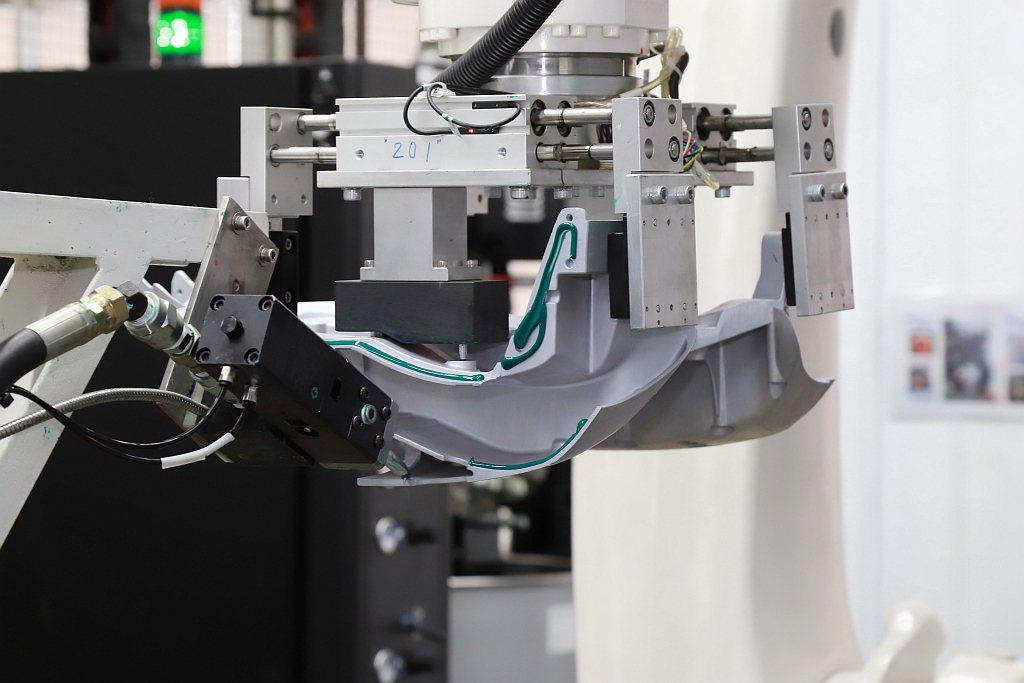 專門處理Gogoro 1 Series鋁合金車台的KUKA機械手臂,透過精準電腦...