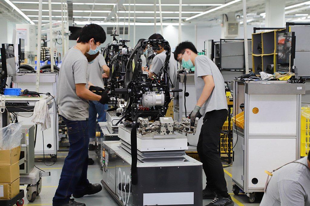 AGV無人自動搬運車還能依照工作範圍、作業員的身高以及作業項目等進行快速調整,大...