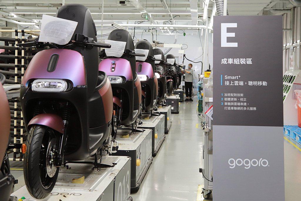 Gogoro電動機車能把智慧電池、智慧鑰匙卡跟車輛綁定,透過加密技術,使車輛擁有...