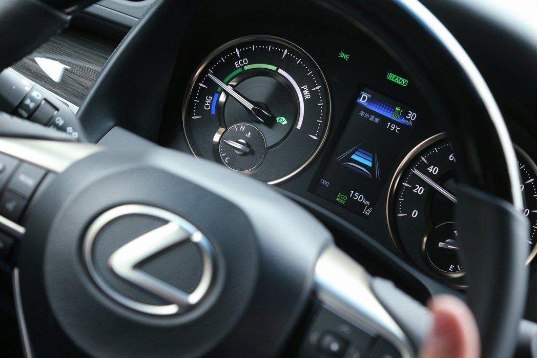 先進主動安全科技.守護層峰人士的行車安全。 記者陳立凱/攝影