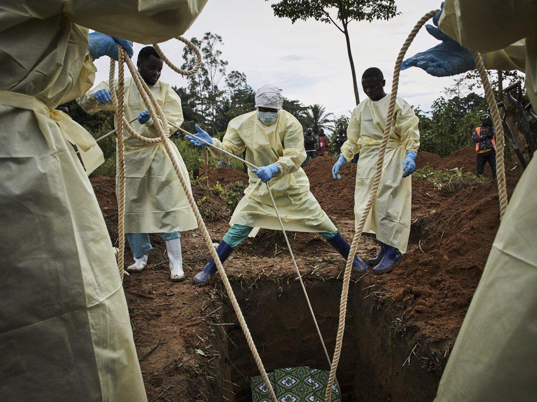 在伊波拉疫情最危機的當下,以世界衛生組織WHO為首的國際援助團隊,竟涉嫌結構性地...