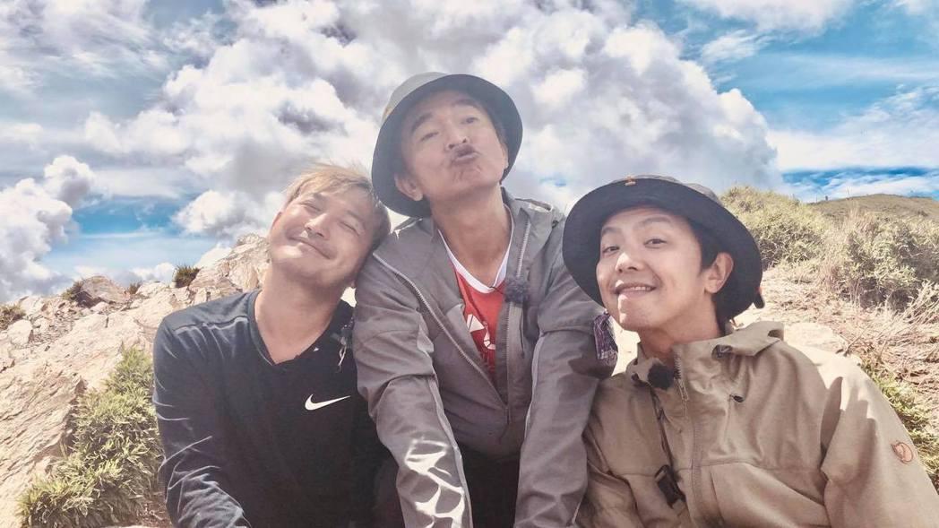 吳宗憲、小鬼、KID三人主持「綜藝玩很大」感情如家人。 圖/擷自吳宗憲臉書