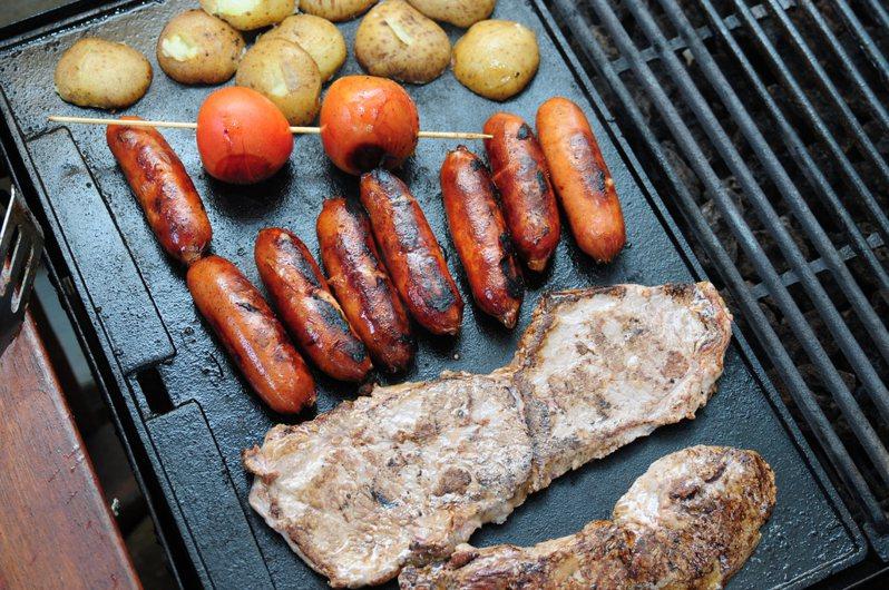 內行網友指出,難烤的食材事前先蒸過或舒肥就行。示意圖/ingimage