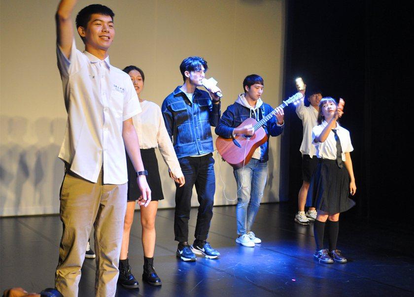 陳昊森(左三)出場時演唱歌曲《刻在我心底的名字》,現場驚叫聲不斷。 校方/提供