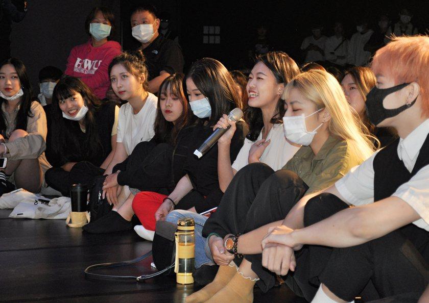 宣傳會中現場同學分享看完電影心得。 校方/提供