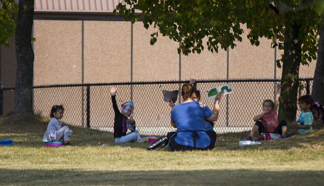 在加拿大安大略省多倫多,老師帶領學生在戶外上課。 新華社