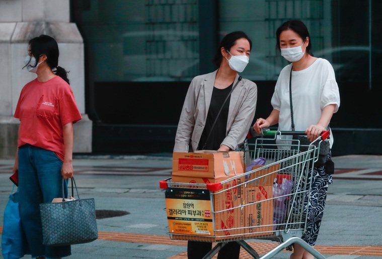 韓國8月中爆發新一波疫情,但與年初首波疫情防控狀況相比困難重重,單日確診數持續在...