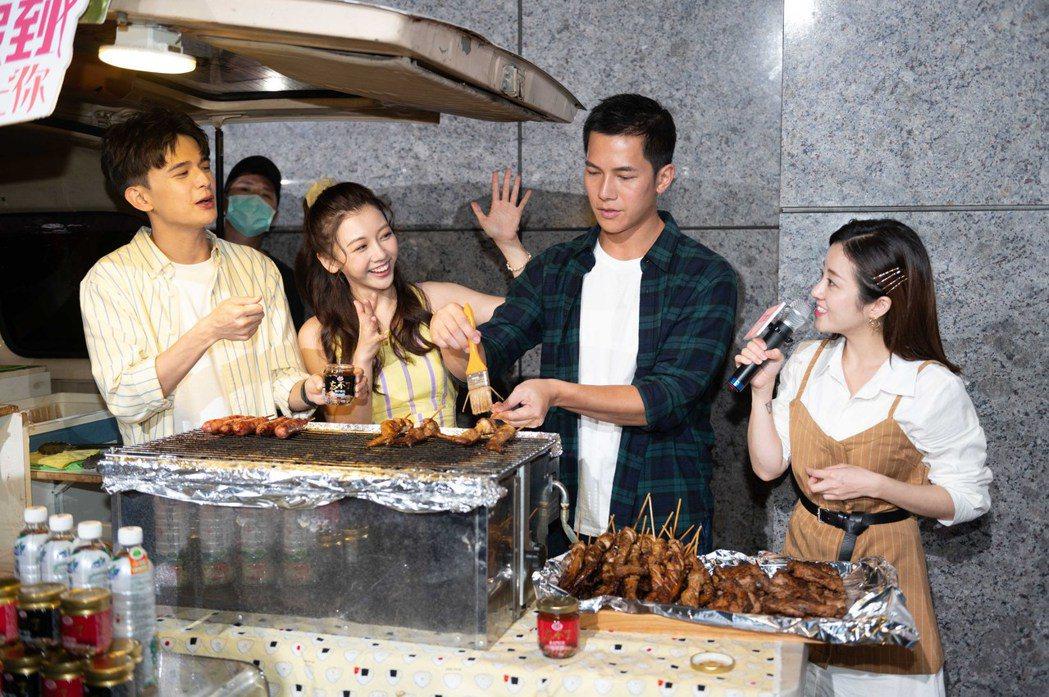梁瀚名(右二)親自替粉絲們烤肉。圖/TVBS提供