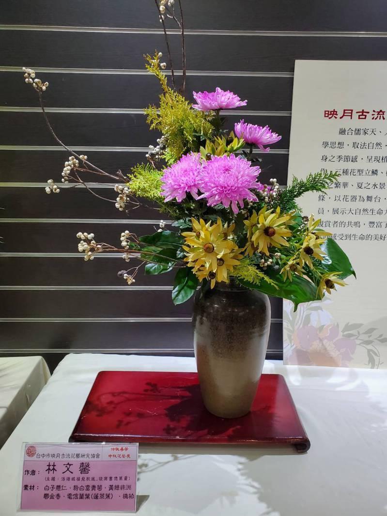 科博館「中秋花藝」特展作品洛陽城裡見秋風,欲寫書億萬重,作者林文新。圖/科博館提供