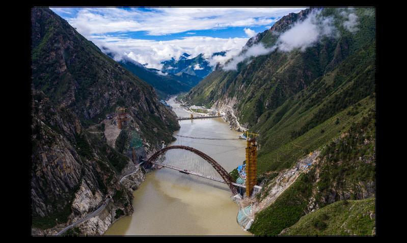 川藏鐵路拉薩至林芝段關鍵性工程—藏木雅魯藏布江雙線特大橋,今年6月20日成功合龍,至此,拉林鐵路全線120座橋樑主體工程就已全數完工。中新社