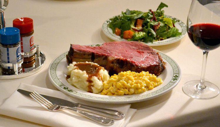 勞瑞斯的牛排與別不同處,在於大塊帶骨慢火烘烤,肉質更鮮嫩多汁。圖/摘自官方粉絲頁