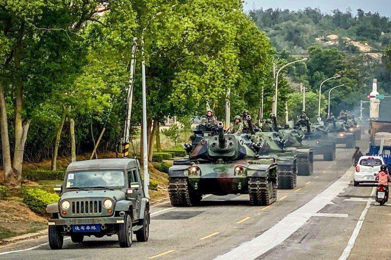 金防部金門守備大隊日前執行戰車機動任務,戰車成員駕駛M60A3戰車行經金門市區,考驗官兵機動過程的應變能力,展現部隊軍威,獲得民眾好評。圖/中華民國陸軍臉書粉絲專頁
