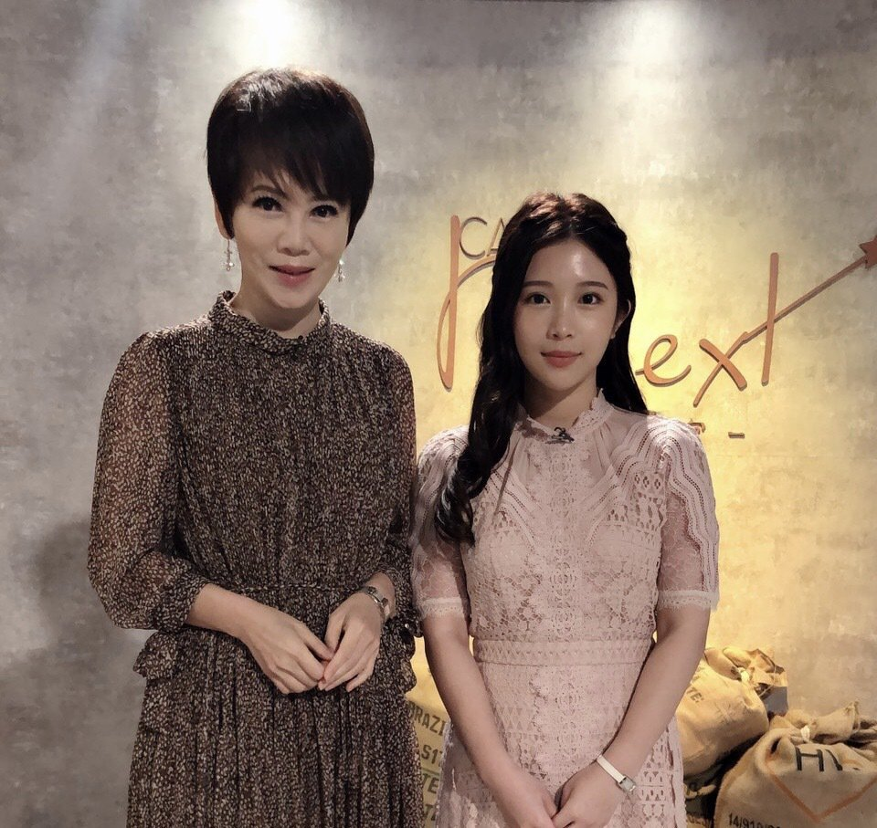 雞排妹(右)接受「我是救星」陳雅琳專訪。圖/壹電視提供