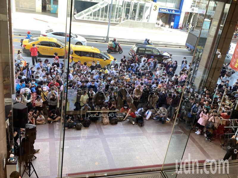 新光三越周年慶今開跑,南西店一早湧入大批排隊人潮。記者林海/攝影