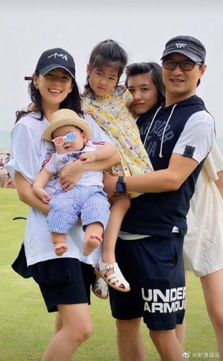 章子怡發布全家福照片,小兒子的長相成為被關注焦點。圖/摘自微博