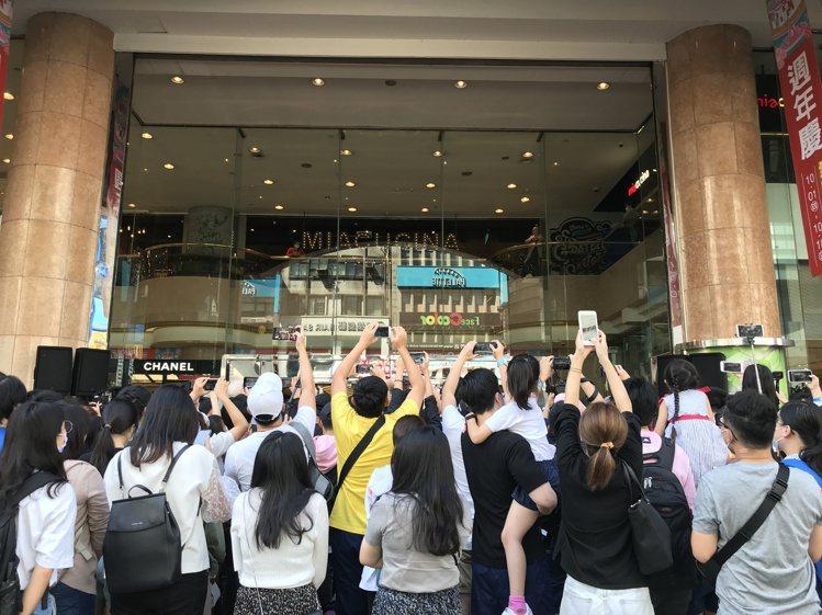 新光三越台北南西店周年慶首日開店前人潮。記者江佩君/攝影