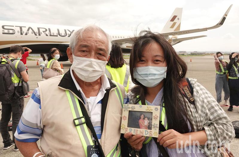 星宇航空中秋節微旅行航班1日上午首飛,旅客李小姐(右)精心規畫這趟旅行,帶著母親生前抱著她的照片與父親(左)一起飛行,在中秋節這個團圓時刻讓全家團圓出遊。記者陳嘉寧/攝影