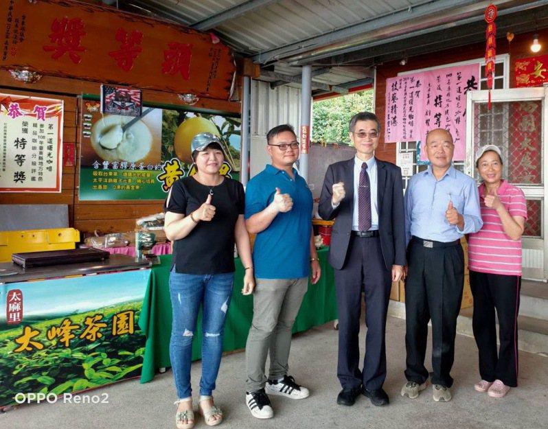 移民署副署長梁國輝(右三)來到「金土咖莊園」與越南籍新住民阮氏輝(左一)、先生廖國宏(左二)全家合照並品嚐「第一道曙光咖啡」。圖/記者廖炳棋翻攝