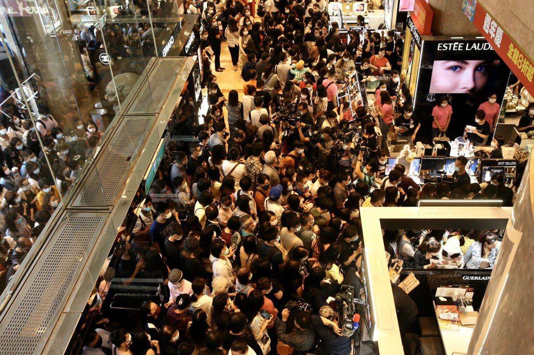 百貨龍頭新光三越被喻為「周年慶風向球」的南西店,周慶今(1)日正式開打,一早湧入...