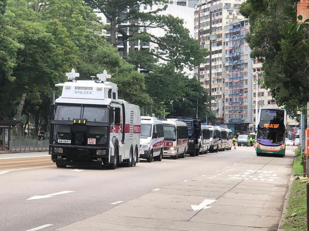 為因應今天下午可能出現的抗爭活動,香港警方派出多輛水炮車及裝甲車在銅鑼灣高士威道...