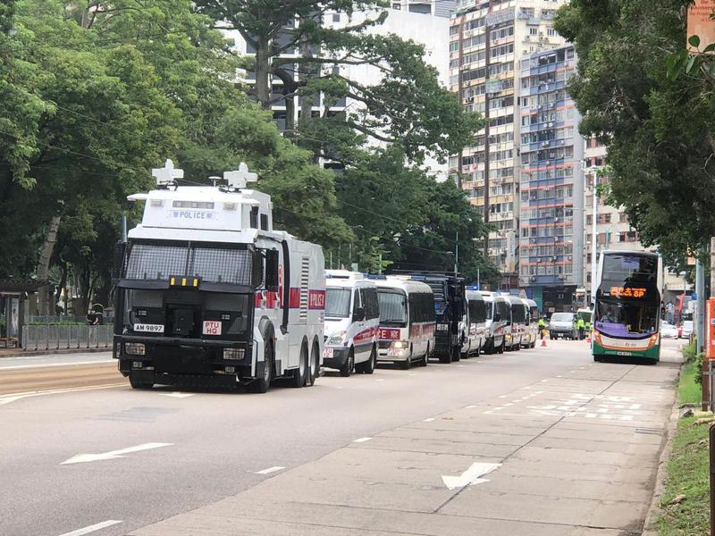 香港警方昨天以涉嫌違反港版國安法拘捕曾在網路上發起「千個爸媽,台灣助學」籌款計畫的香港網路電台主持人傑斯。(取自香港大公報網站)