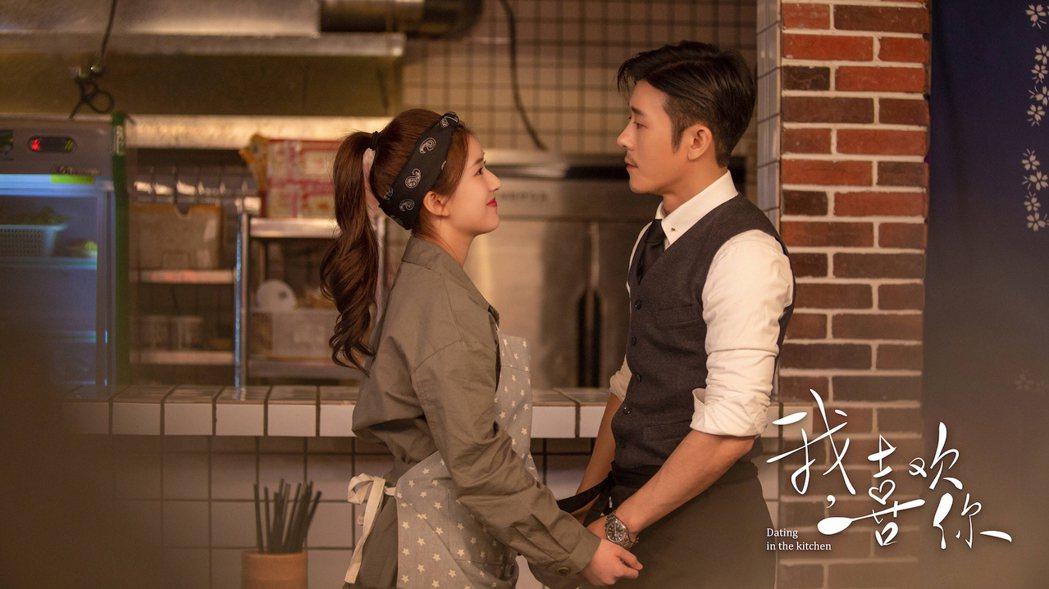 趙露思(左)在「我,喜歡你」中化身天才小廚娘勾霸總林雨申。圖/翻攝WeTV官微
