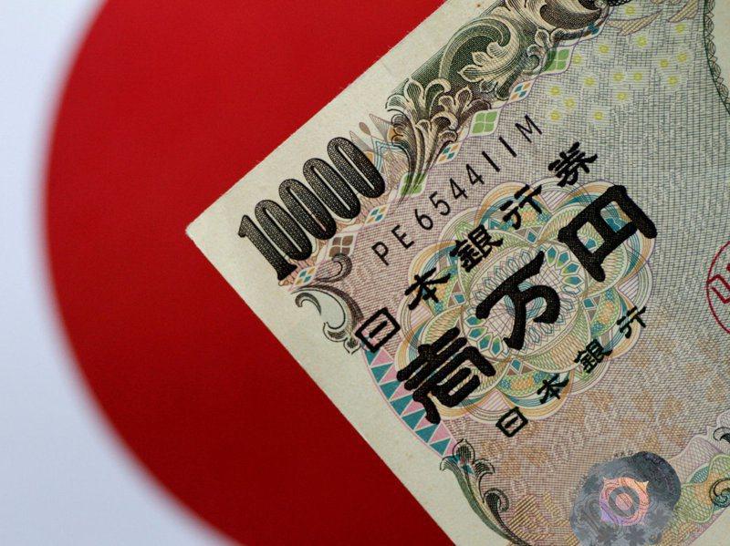 日本將動用預備金的6700億日圓(約新台幣1870億元)讓全民都打公費新冠肺炎疫苗,然而日本早已債台高築,今年發行的國債逾90兆日圓,專家憂心。路透