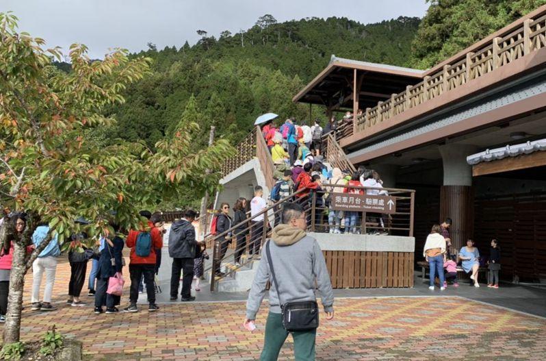 中秋連假第一天,遊客湧入太平山國家森林遊樂區,很多人排隊等著要搭乘蹦蹦車。圖/羅東林管處提供