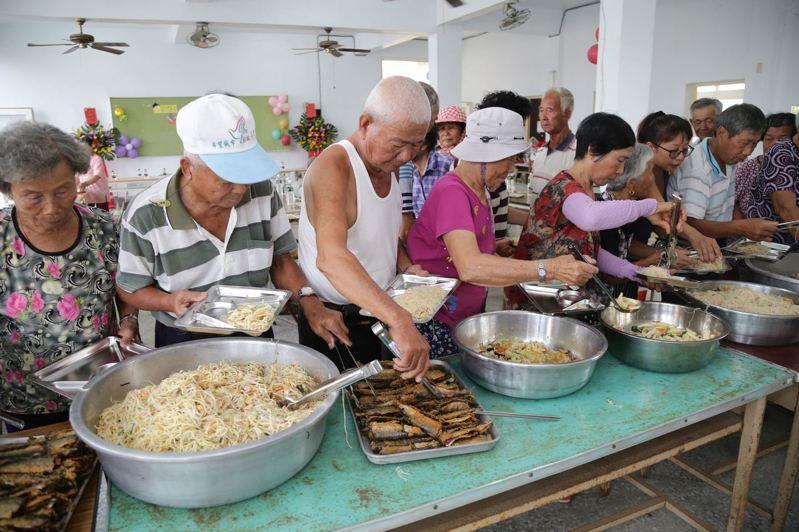 嘉義縣老人突破十萬大關,  重陽敬老禮金19日發放,圖為老人食堂用餐情形。圖/縣府提供