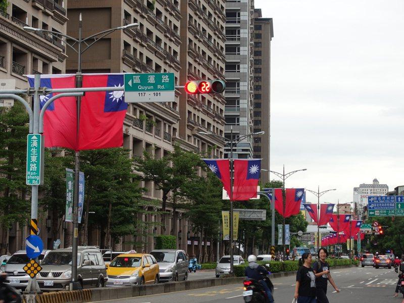 下周六就是國慶日,新北市政府即日起至10月28日在市區重要道路及橋樑插掛約1萬面國旗。圖/新北市民政局提供