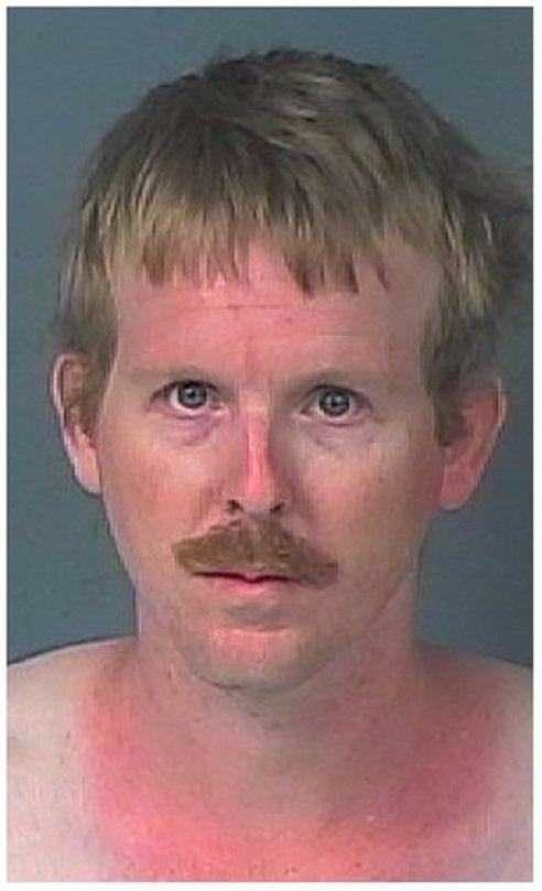 美國佛羅里達州赫南多郡警局發布的36歲性侵犯羅斯莫因大頭照,並指他躲在被害人臥房...