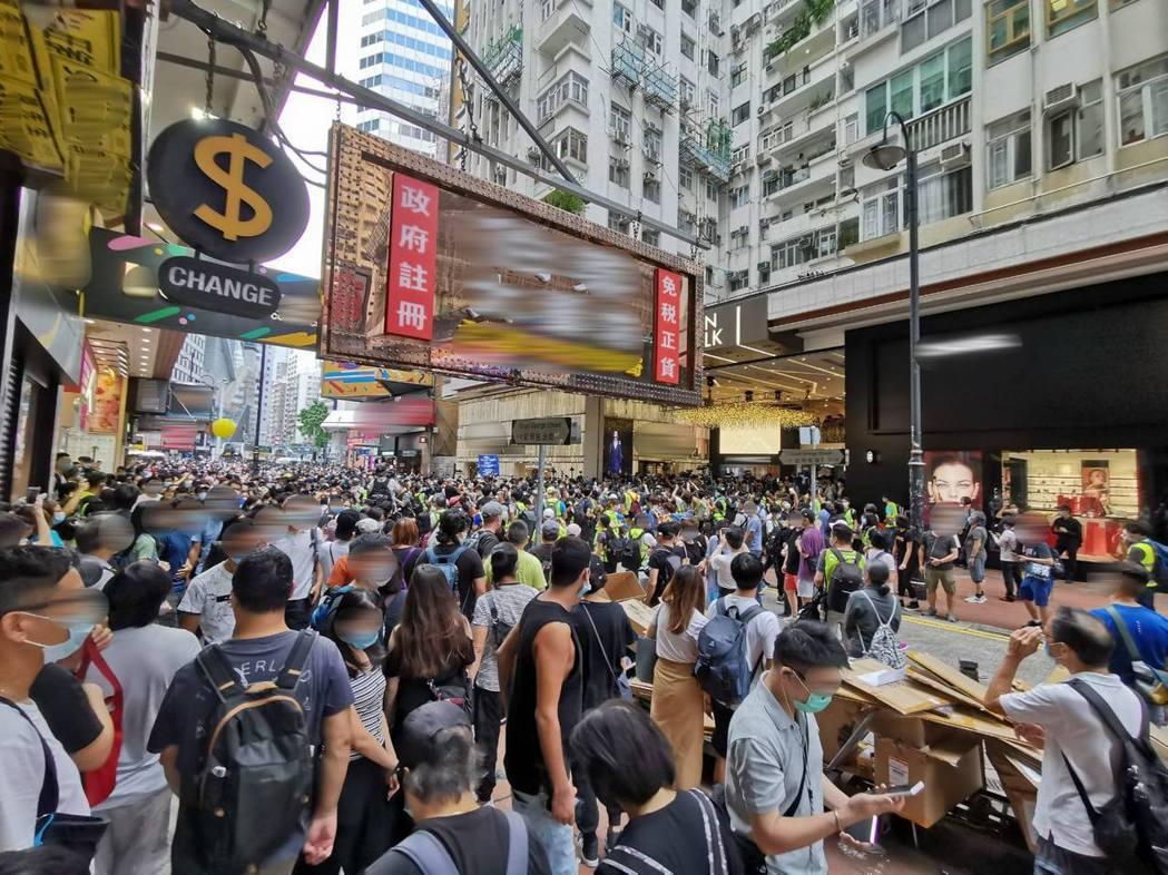 1日大陸國慶日當天下午,香港銅鑼灣再度出現大量群眾聚集抗議。(取自香港警察臉書)