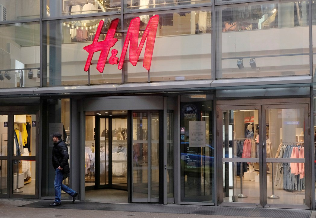 H&M 明年準備全球再減5%零售據點。  路透