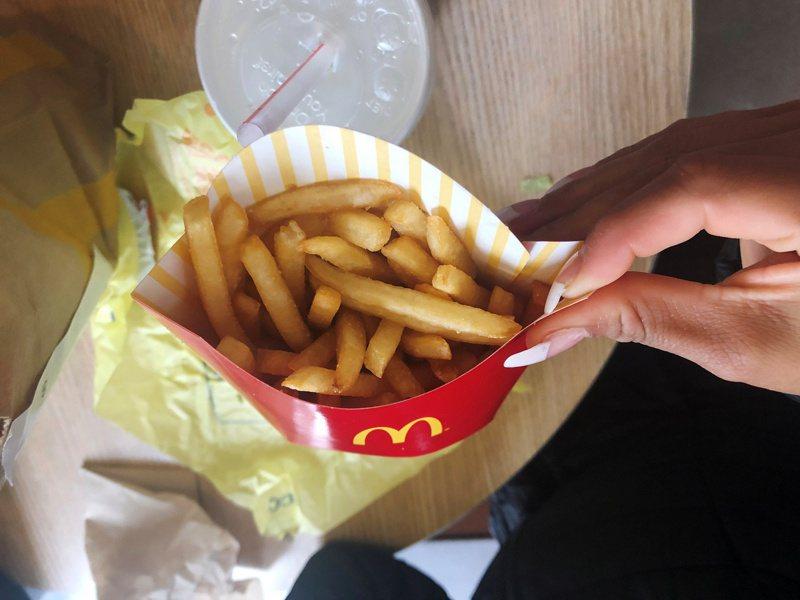 一名網友PO文提到,最近在麥當勞買薯條,事前有與店員告知要「現炸」,但當他拿到店樓上準備享用時,薯條卻一點也不脆,於是他就詢問網友「在速食店要求現炸很過分嗎?」。(路透)
