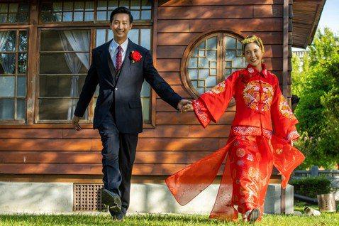 大元(林艾璇)與Darren邱凱偉在三立「羅雀高飛」拍攝婚禮戲,大元穿上中式婚紗一開始超興奮,因為這輩子都還沒有穿過傳統婚紗,白紗也只有一次,沒想到開拍不到10分鐘就想說「完蛋了!」因為天氣又熱又悶...