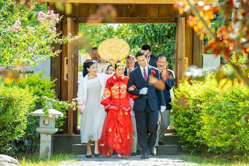 邱凱偉(右)、大元在「羅雀高飛」中拍攝婚禮戲。圖/三立提供