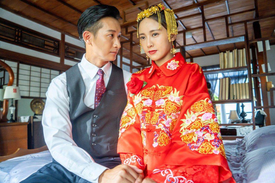 邱凱偉(左)、大元在「羅雀高飛」中拍攝婚禮戲。圖/三立提供