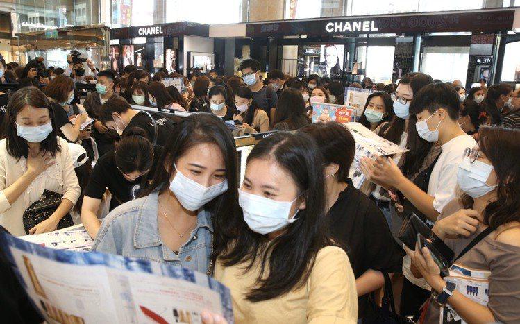 新光三越台北南西店周年慶首日,一樓美妝樓層湧進大量人潮。記者林俊良/攝影