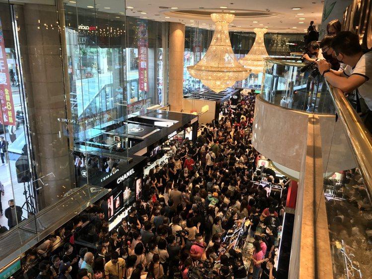 新光三越台北南西店周年慶首日,人潮幾乎擠爆一樓。記者江佩君/攝影