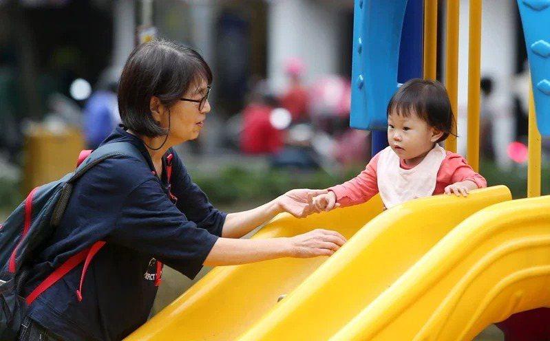 教育部長潘文忠表示,育兒津貼、托育補助加碼「明年一定會啟動」,但將在四年內逐步達成。記者侯永全/攝影