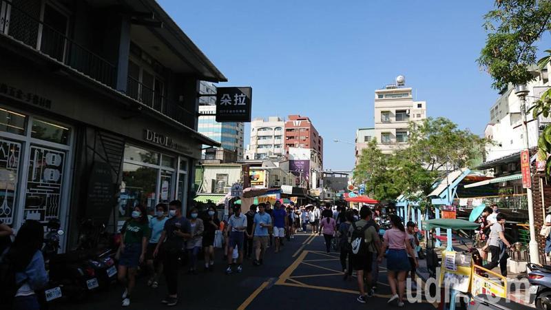 台南鬧區國華街是美食大街,吸引民眾逛街、嘗美食。記者鄭惠仁/攝影