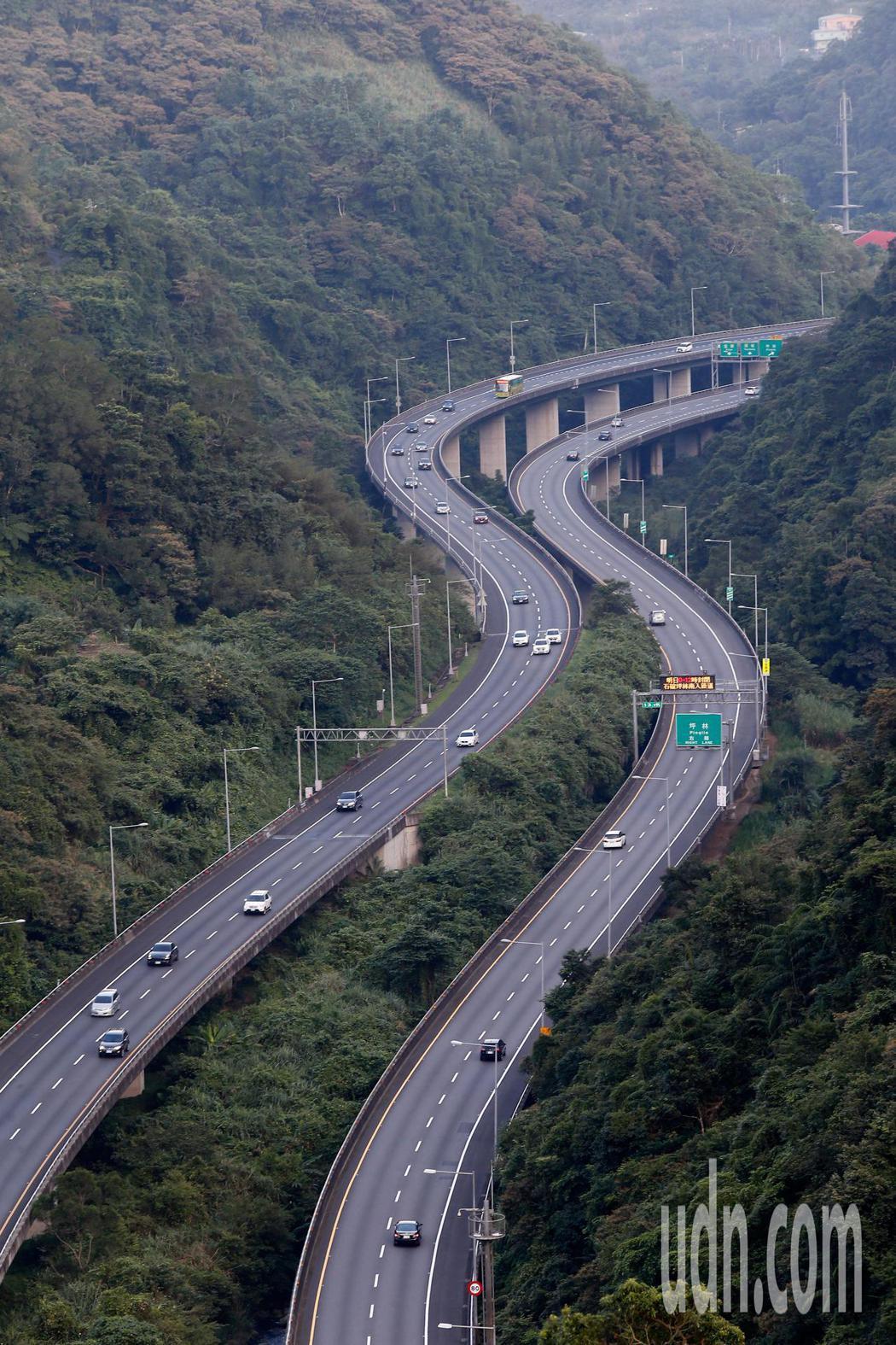 中秋連假第一天,往常一定塞車的國道5號高速公路竟然一路順暢。記者鄭超文/攝影
