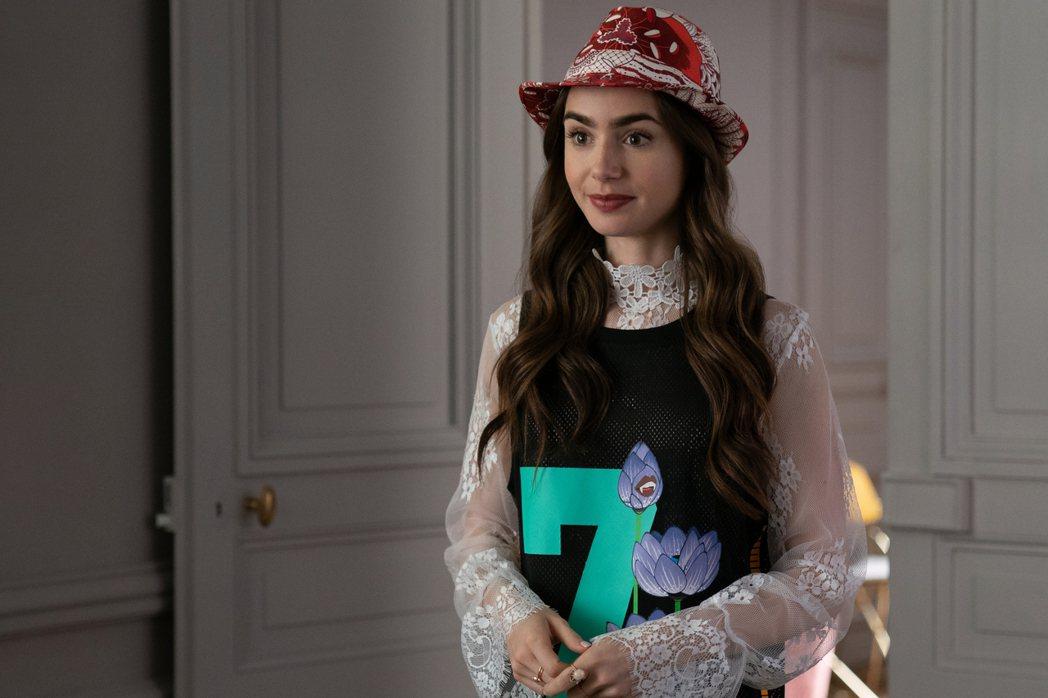 莉莉柯林斯於「艾蜜莉在巴黎」換上多套華服,有如新世代版「慾望城市」。圖/Netf...