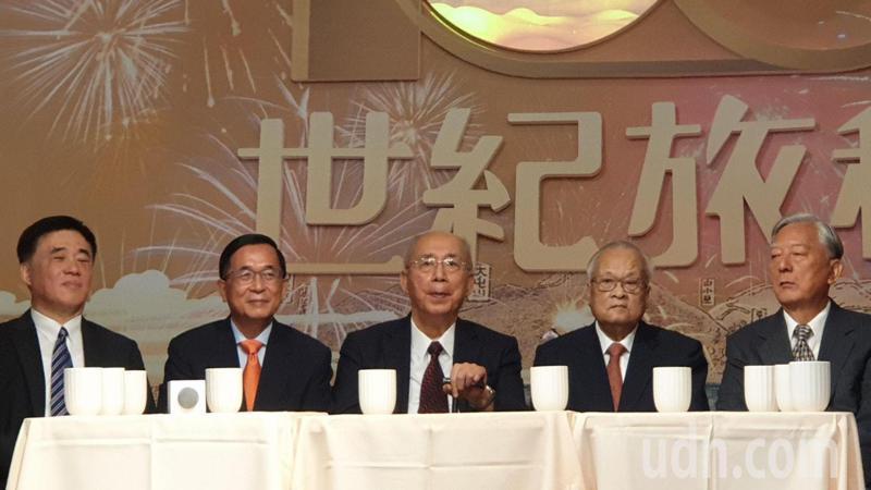 前台北市長陳水扁(左二)表示,期許未來可以看到朝野和解、兩岸和解。記者胡瑞玲/攝影
