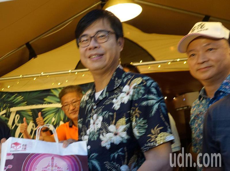 高市府要更換前市長韓國瑜任命的人事,高雄市長陳其邁(中)表示尊重相關局處的評估和考量。記者楊濡嘉/攝影
