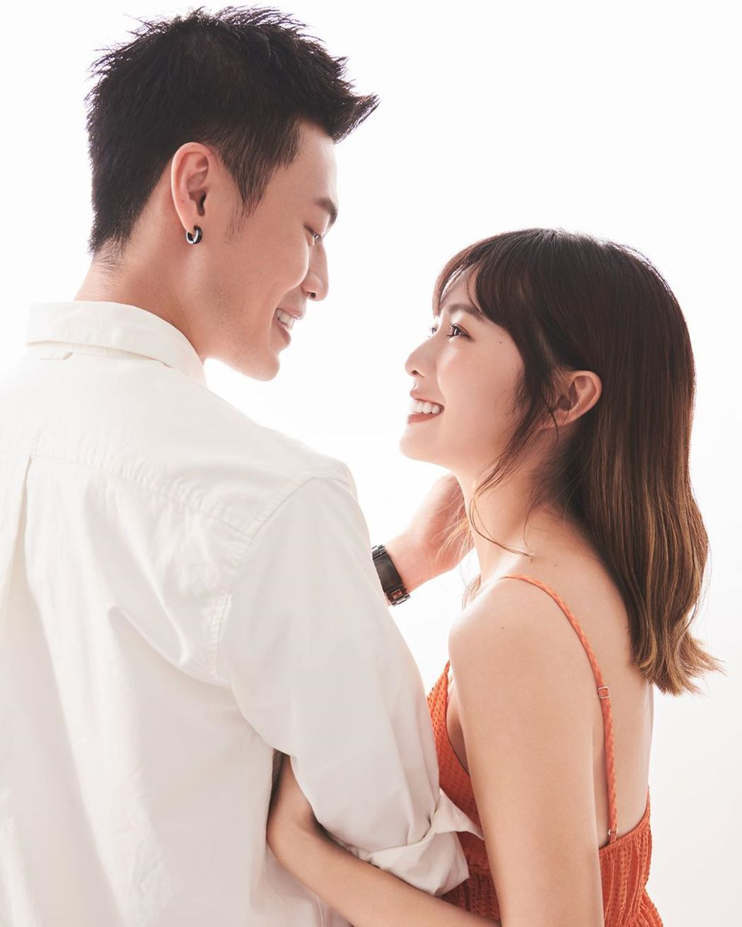 簡廷芮(右)宣告已接受男友賴先生求婚。圖/摘自Instagram