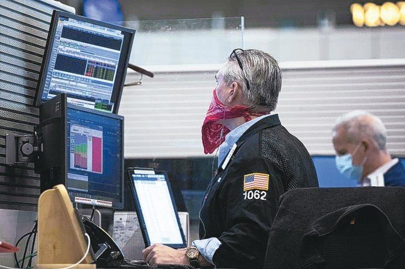 台灣美國本周皆為超級財報周,預估美股與台股仍看電子權值股臉色,所幸蘋概股與光學權值股展開跌深反彈,對於後市應維持樂觀。(路透)